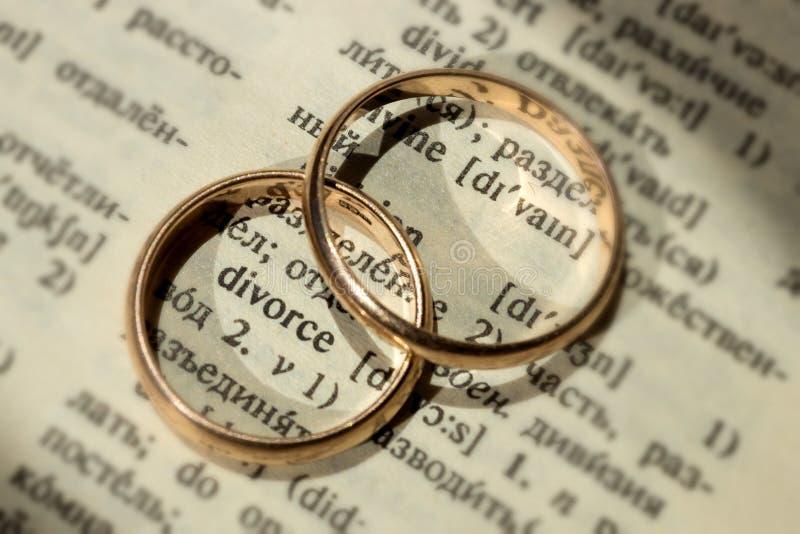 Δύο χωριστά γαμήλια δαχτυλίδια δίπλα στο διαζύγιο ` λέξης ` στοκ φωτογραφία με δικαίωμα ελεύθερης χρήσης