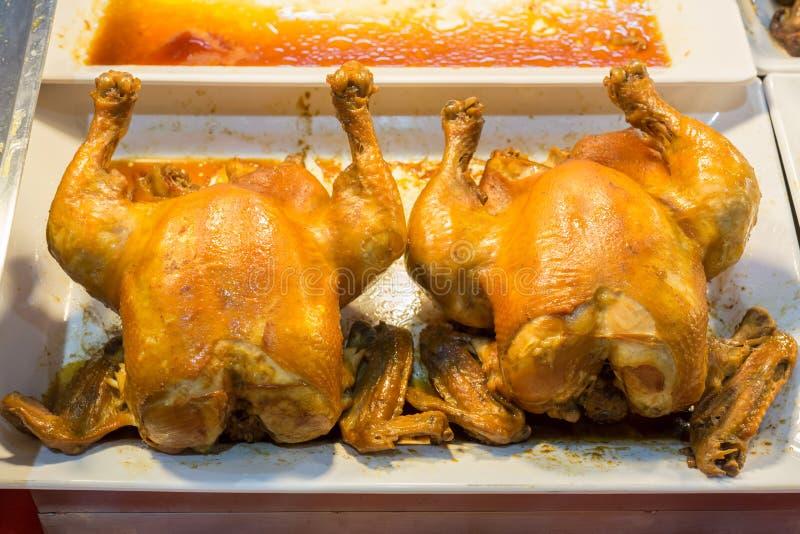 Δύο ψημένα φυσικά μεγέθη κοτόπουλα στοκ εικόνα