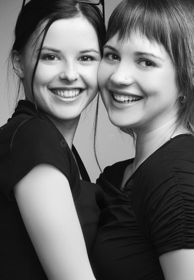 Δύο όμορφα κορίτσια, καλύτεροι φίλοι στοκ εικόνα