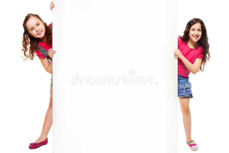 Δύο κορίτσια που εμφανίζουν διαφήμιση στοκ φωτογραφία με δικαίωμα ελεύθερης χρήσης