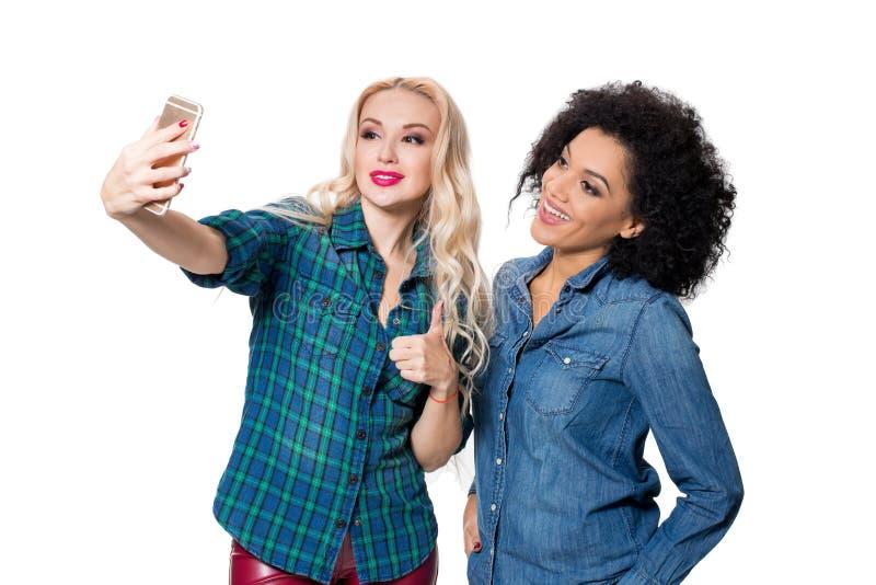 Δύο όμορφα κορίτσια που κάνουν selfie στοκ φωτογραφίες