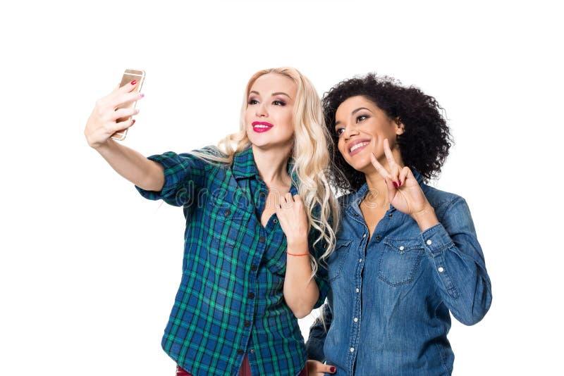 Δύο όμορφα κορίτσια που κάνουν selfie στοκ εικόνα με δικαίωμα ελεύθερης χρήσης