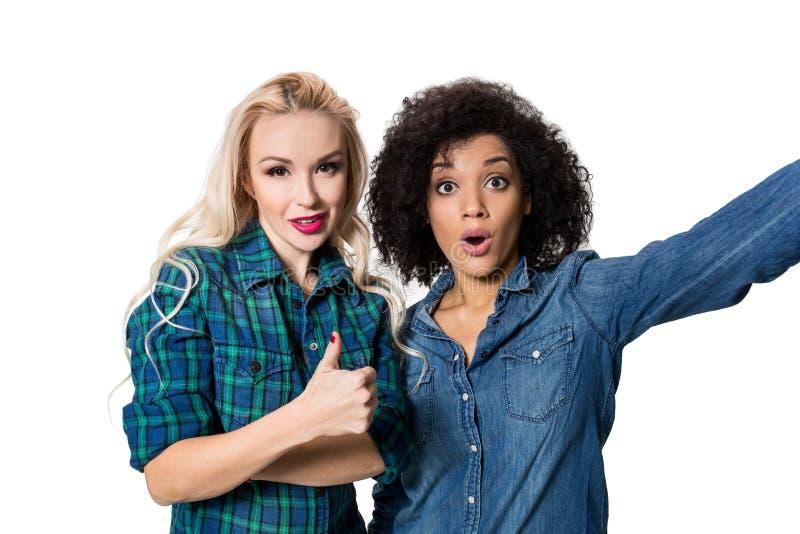 Δύο όμορφα κορίτσια που κάνουν selfie στοκ φωτογραφία με δικαίωμα ελεύθερης χρήσης