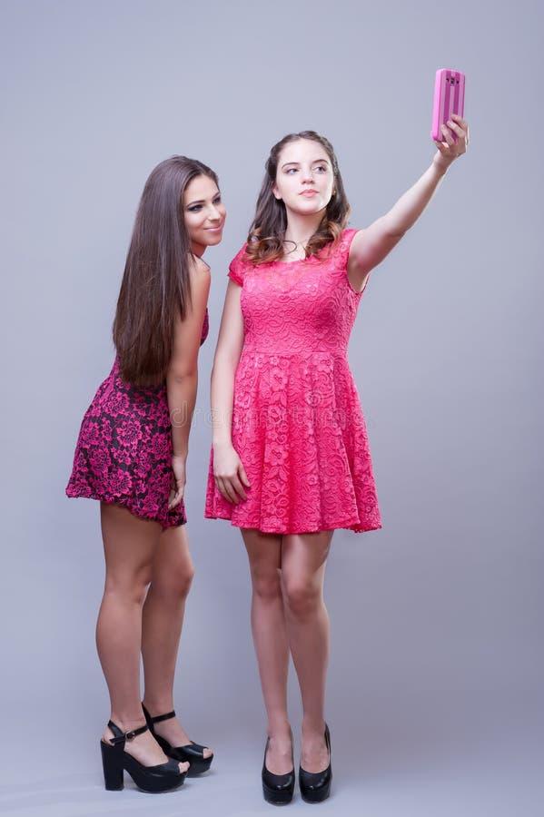 Δύο όμορφα κορίτσια που παίρνουν selfies στοκ εικόνες