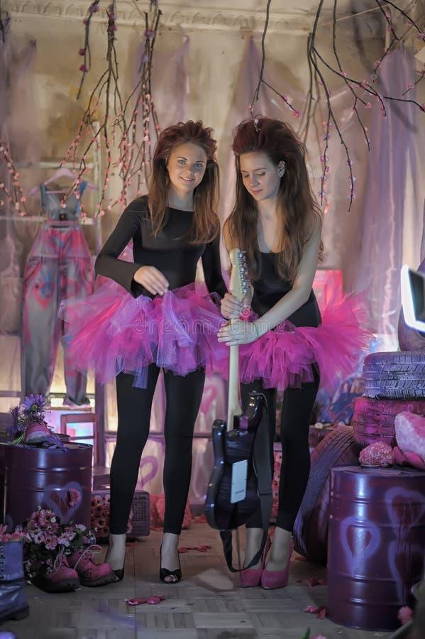 Δύο όμορφα νέα κορίτσια με την ηλεκτρική κιθάρα στοκ εικόνες