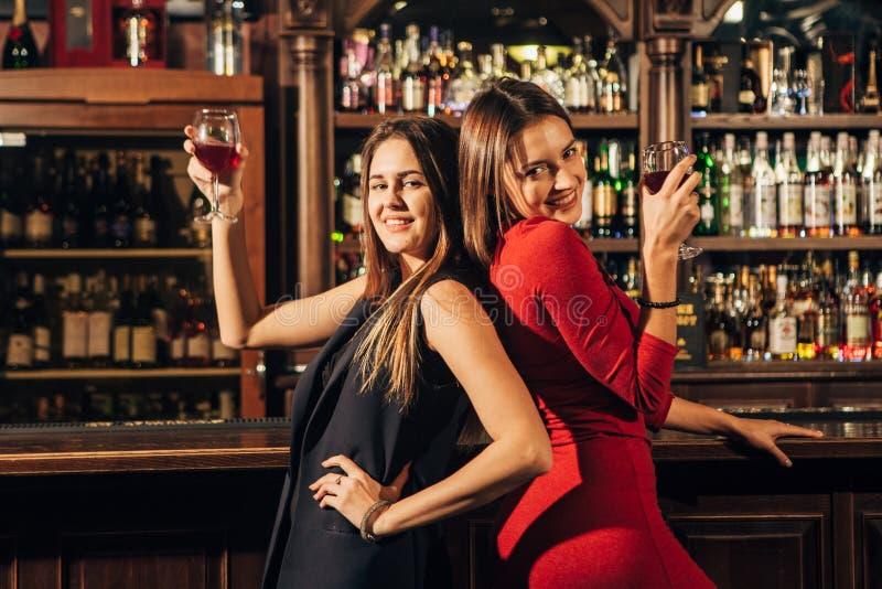 Δύο όμορφες γυναίκες που έχουν τη διασκέδαση στο φραγμό στοκ εικόνες