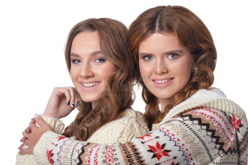 Δύο όμορφες νέες γυναίκες που θέτουν, κλείνουν επάνω το πορτρέτο στο άσπρο υπόβαθρο στοκ φωτογραφίες