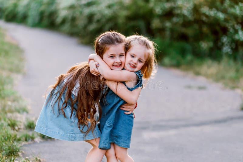 Δύο с με παιδιά Έννοια της ευτυχισμένης οικογένειας και της αγάπης μεταξύ αδελφών στοκ εικόνα