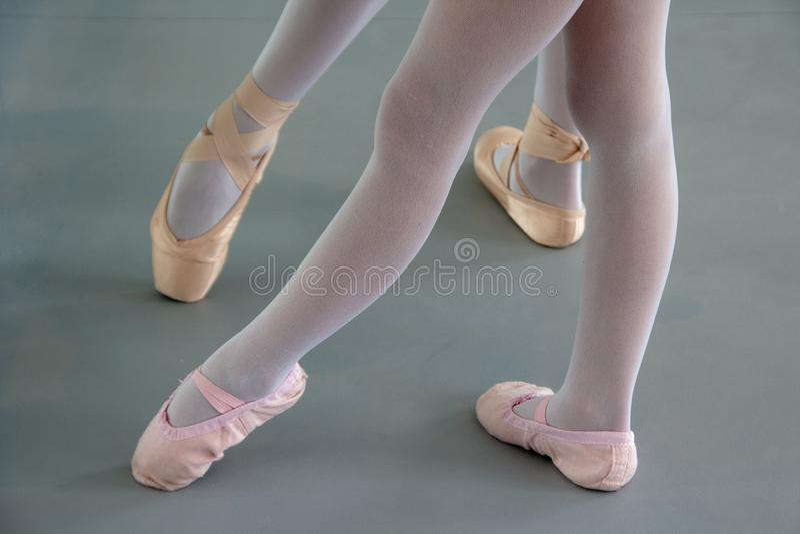Δύο ballerinas στα παπούτσια μπαλέτου στοκ εικόνα με δικαίωμα ελεύθερης χρήσης