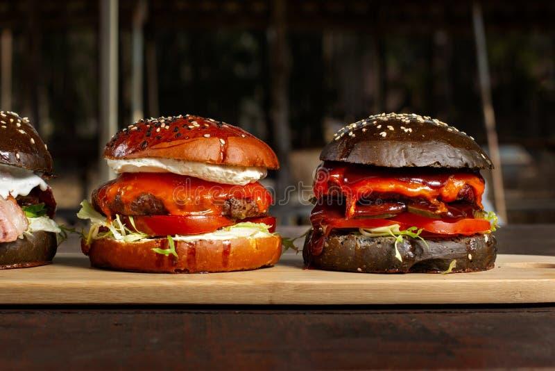Δύο burgers σε μια ελαφριά ξύλινη επιφάνεια πινάκων Clouse-επάνω στοκ φωτογραφία με δικαίωμα ελεύθερης χρήσης