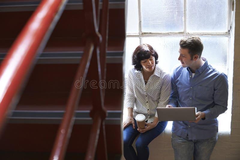 Δύο Businesspeople που διοργανώνουν την άτυπη συνεδρίαση για τα σκαλοπάτια γραφείων στοκ εικόνα με δικαίωμα ελεύθερης χρήσης