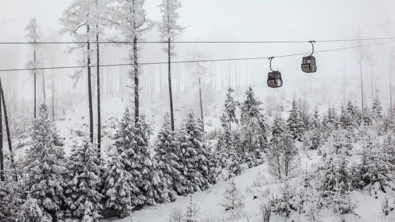 Δύο chairlift καμπίνες που περνούν η μια την άλλη την γκρίζα χειμερινή ημέρα στοκ φωτογραφία με δικαίωμα ελεύθερης χρήσης