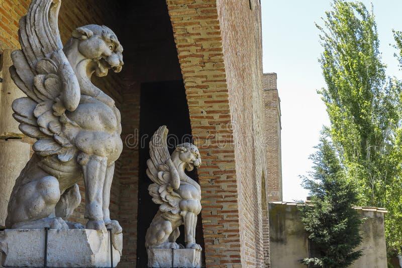 δύο gargoyles που χαράζονται στην πέτρα στοκ φωτογραφία με δικαίωμα ελεύθερης χρήσης