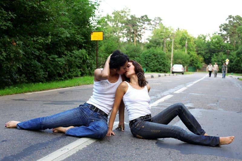 Δύο girs στο δρόμο στοκ φωτογραφία με δικαίωμα ελεύθερης χρήσης