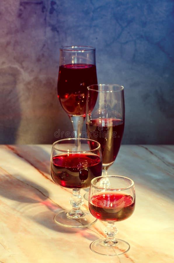 Κάρτα κρασιού Δύο goblets με κόκκινο whine στοκ φωτογραφία