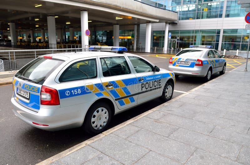 Δύο Skoda περιπολικό της Αστυνομίας στη διεθνή Πράγα aiport στοκ εικόνα