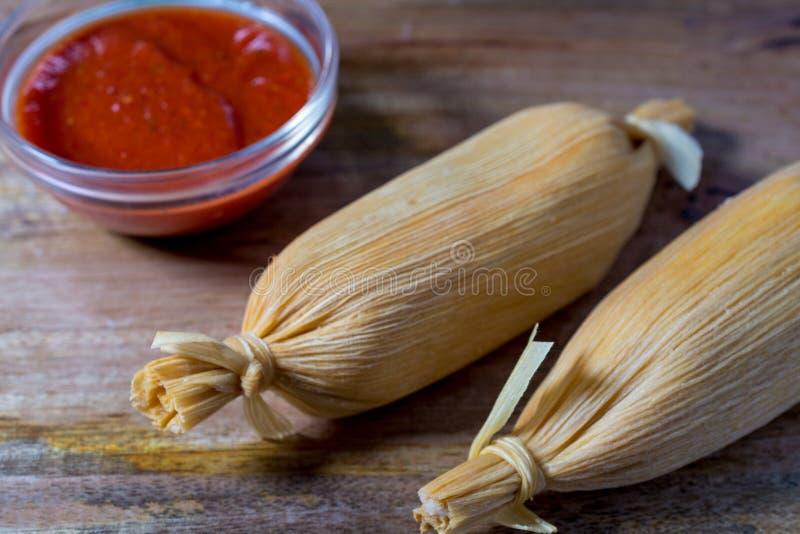 Δύο tamales στον ξύλινο πίνακα στοκ εικόνα με δικαίωμα ελεύθερης χρήσης