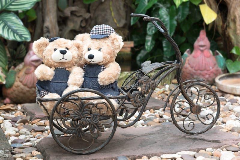 Δύο teddy αρκούδες στο υπόβαθρο κήπων στοκ εικόνα