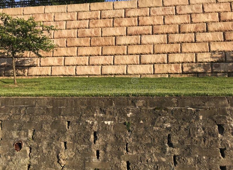 Δύο Terraced πέτρινοι διατηρώντας τοίχοι στο νότιο λιμάνι, MI στοκ φωτογραφίες