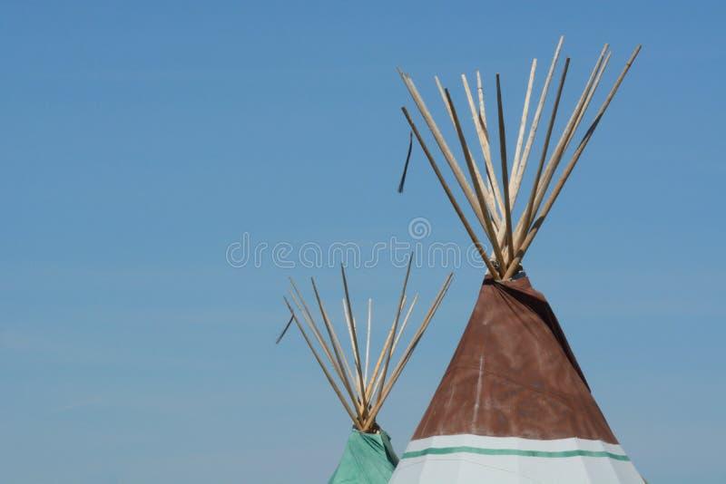 Δύο tipis ή teepees στοκ εικόνες