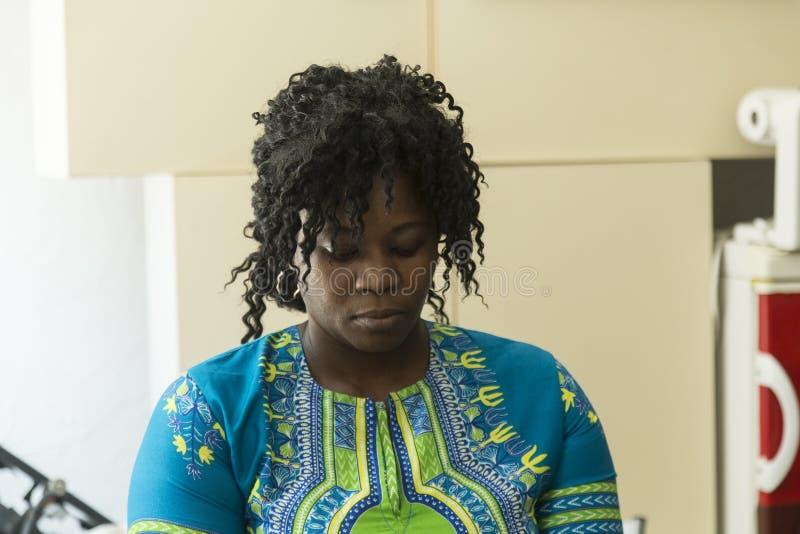 Δύση - αφρικανικό κορίτσι με τη σγουρή τρίχα στοκ φωτογραφίες