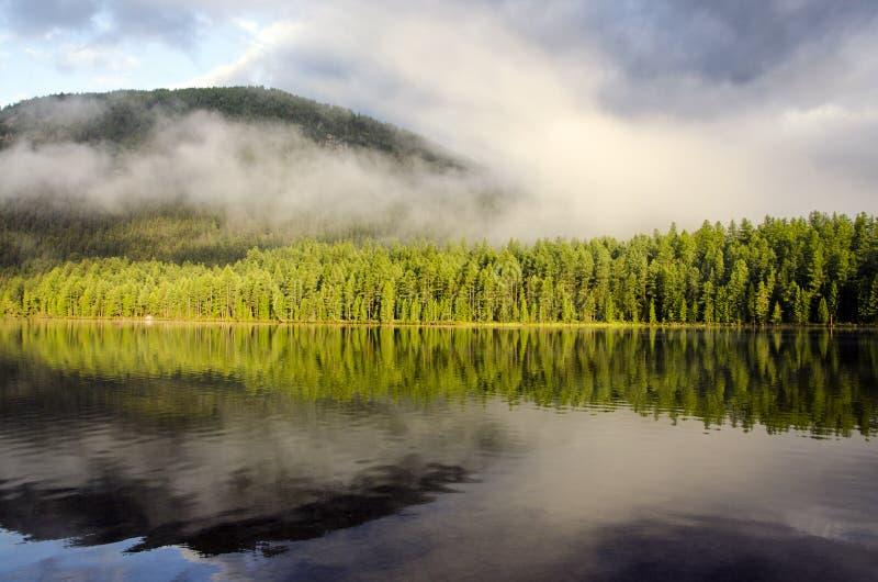 Δύση Sayan αντανάκλασης λιμνών Pozarym στοκ εικόνα με δικαίωμα ελεύθερης χρήσης