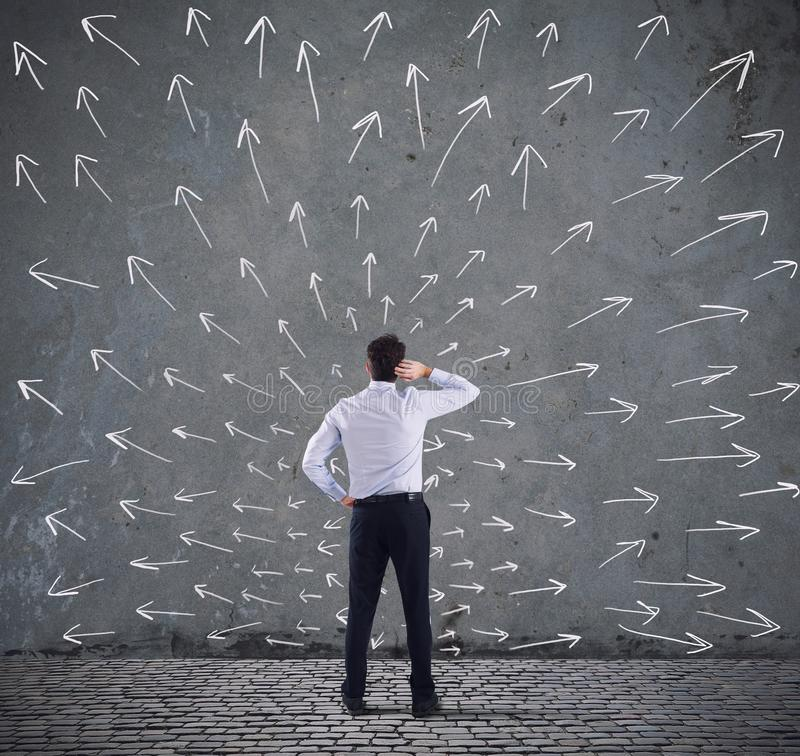 Δύσκολες επιλογές ενός επιχειρηματία Έννοια της σύγχυσης στοκ εικόνα με δικαίωμα ελεύθερης χρήσης