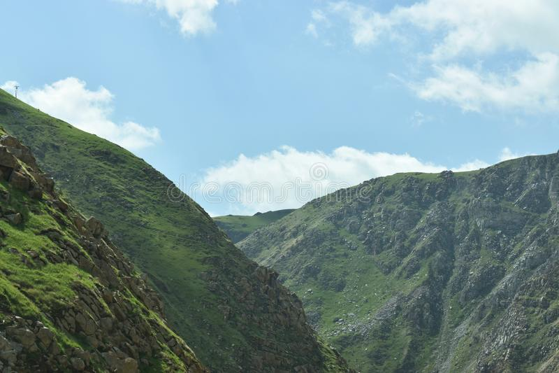 Δύσκολες κορυφές βουνών εκτάσεων με τους σαφείς ουρανούς στοκ εικόνα με δικαίωμα ελεύθερης χρήσης