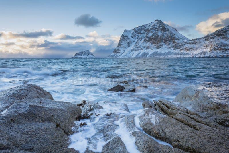 Δύσκολη ακτή με τα όμορφα βουνά και τα μεγάλα κύματα, μπλε ουρανός το χειμώνα στα νησιά Lofoten στη Νορβηγία στοκ φωτογραφίες με δικαίωμα ελεύθερης χρήσης
