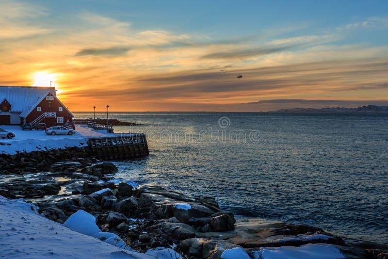 Δύσκολη ακτή πόλεων του Νουούκ στο χιόνι, παλαιά άποψη λιμενικού ηλιοβασιλέματος θάλασσας, Γ στοκ φωτογραφίες