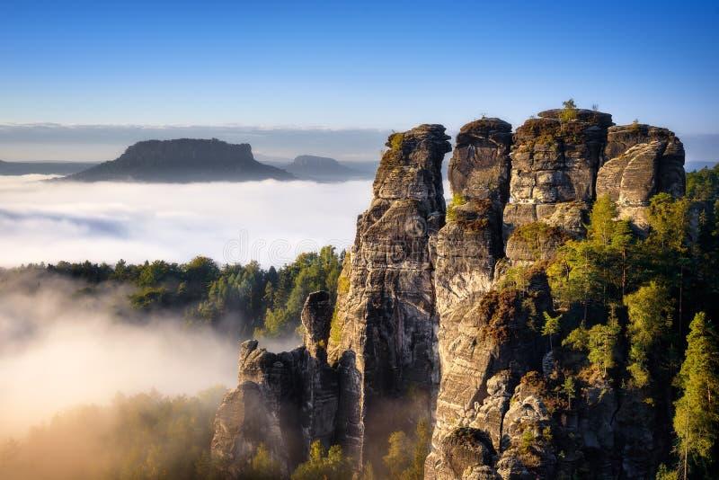 Δύσκολη θέα βουνού κατά τη διάρκεια της εποχής φθινοπώρου Ομιχλώδης ανατολή σε Bastei, Γερμανία στοκ φωτογραφίες με δικαίωμα ελεύθερης χρήσης
