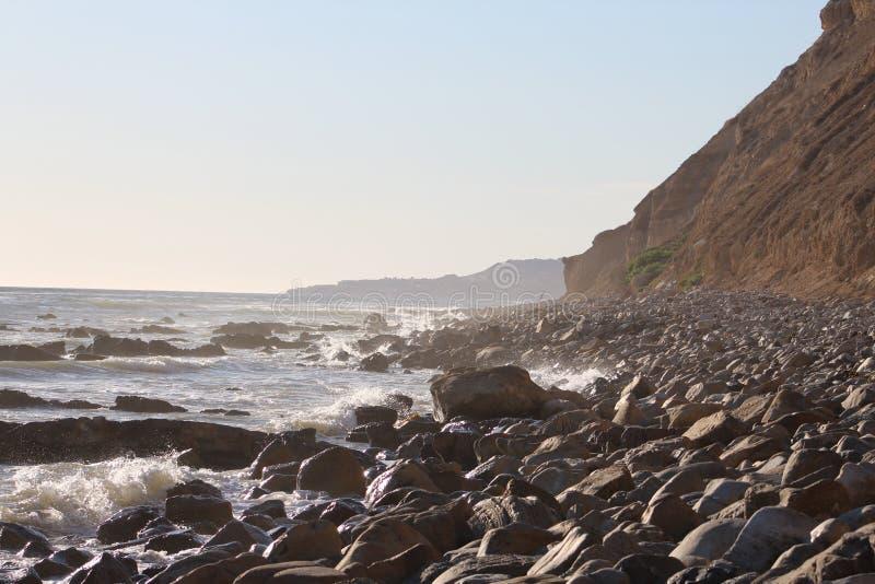 Δύσκολη πλευρά παραλιών Palos Verdes Καλιφόρνια κάτω από τον απότομο βράχο στοκ φωτογραφίες