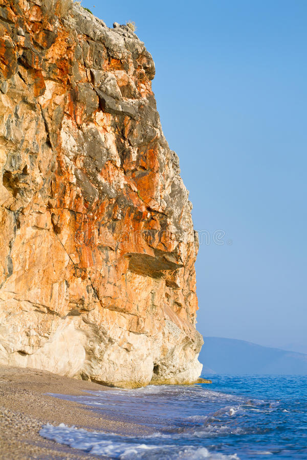 Δύσκολος απότομος βράχος επάνω από την όμορφη παραλία άμμου στοκ φωτογραφίες με δικαίωμα ελεύθερης χρήσης