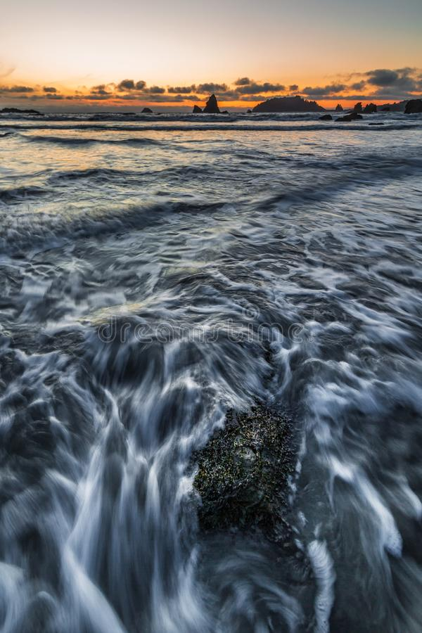 Δύσκολο τοπίο παραλιών στο ηλιοβασίλεμα, Τρινιδάδ, Καλιφόρνια στοκ εικόνες με δικαίωμα ελεύθερης χρήσης