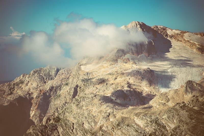 Δύσκολα βουνά με τον ουρανό σύννεφων και το όμορφο τοπίο χιονιού παγετώνων στοκ εικόνες με δικαίωμα ελεύθερης χρήσης