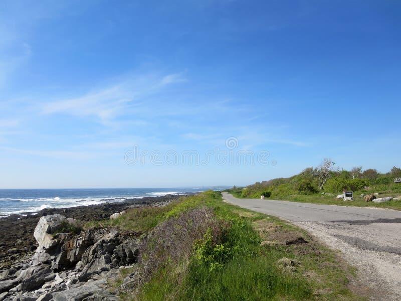 Δύσκολη ακτή γρανίτη νησιών αιχμών με το δρόμο στοκ φωτογραφία