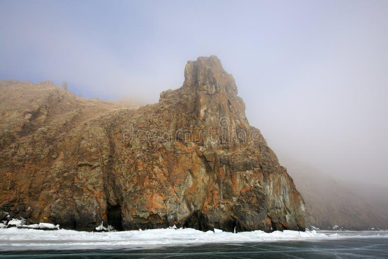 Δύσκολη ακτή της λίμνης Baikal στην ομίχλη το χειμώνα στοκ φωτογραφίες με δικαίωμα ελεύθερης χρήσης