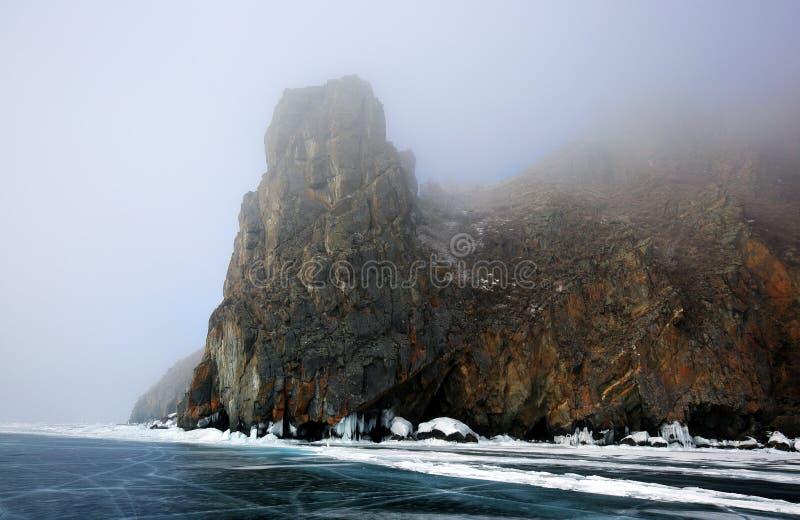 Δύσκολη ακτή της λίμνης Baikal στην ομίχλη το χειμώνα στοκ φωτογραφία με δικαίωμα ελεύθερης χρήσης