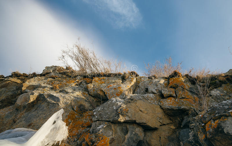 Δύσκολη απότομη όχθη κοντά στη λίμνη το χειμώνα στοκ φωτογραφίες