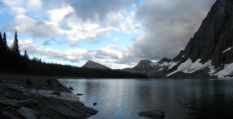 Δύσκολη βουνών στρατοπέδευση πίσω χωρών λιμνών δευτερεύουσα στοκ φωτογραφία με δικαίωμα ελεύθερης χρήσης