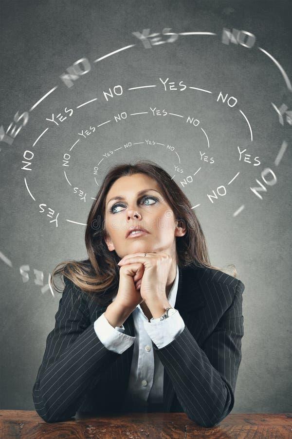 Δύσκολη επιλογή επιχειρησιακών γυναικών στοκ φωτογραφία με δικαίωμα ελεύθερης χρήσης