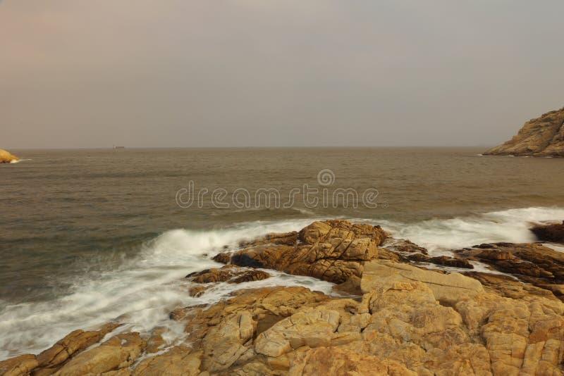 Δύσκολη παραλία και θολωμένο νερό στο shek ο, Χογκ Κογκ στοκ φωτογραφία με δικαίωμα ελεύθερης χρήσης