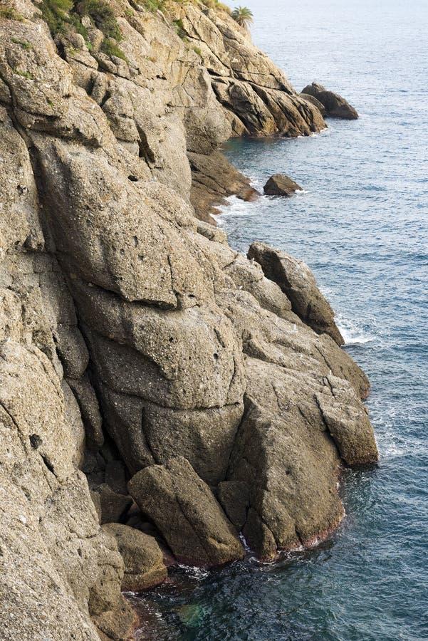 Δύσκολοι απότομοι βράχοι - Portofino Λιγυρία Ιταλία στοκ φωτογραφία