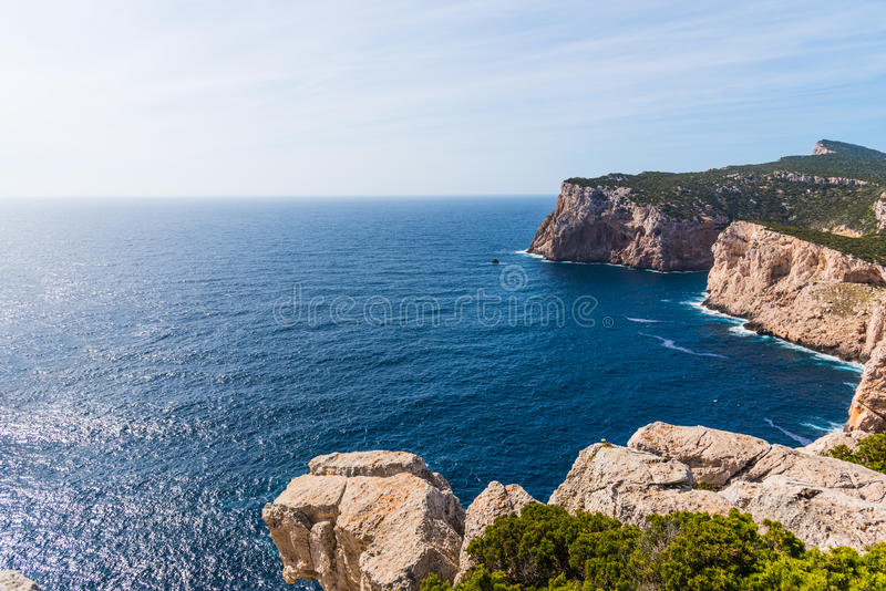 Δύσκολος απότομος βράχος σε Capo Caccia στοκ φωτογραφία με δικαίωμα ελεύθερης χρήσης