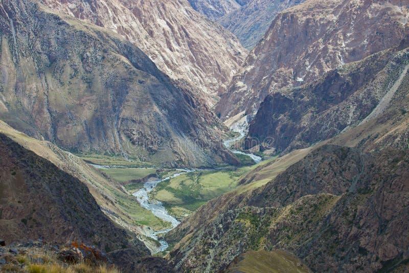 Δύσκολο βαθύ φαράγγι και ο ποταμός βουνών στην Τιέν Σαν στοκ εικόνες