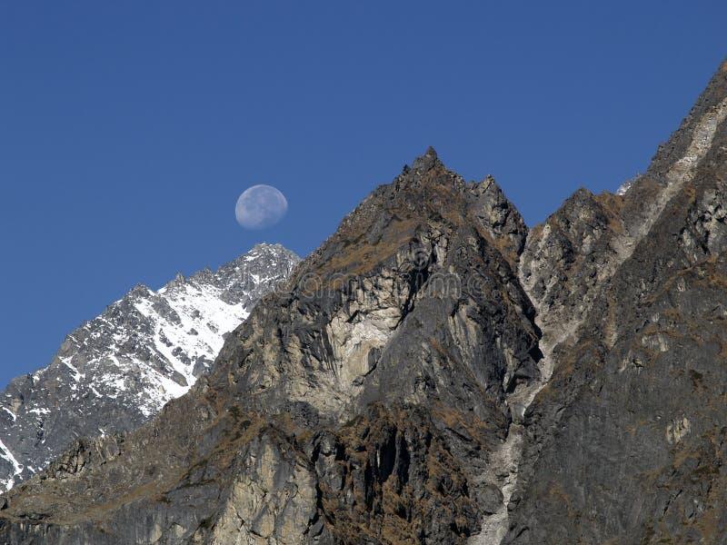 Δύσκολο βουνό με το φεγγάρι στοκ εικόνες με δικαίωμα ελεύθερης χρήσης