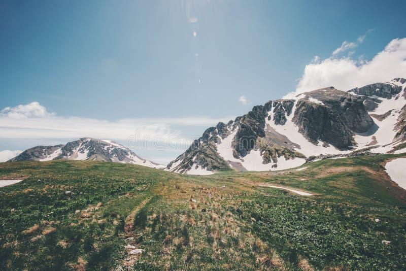 Δύσκολο θερινό τοπίο μπλε ουρανού βουνών στοκ εικόνες