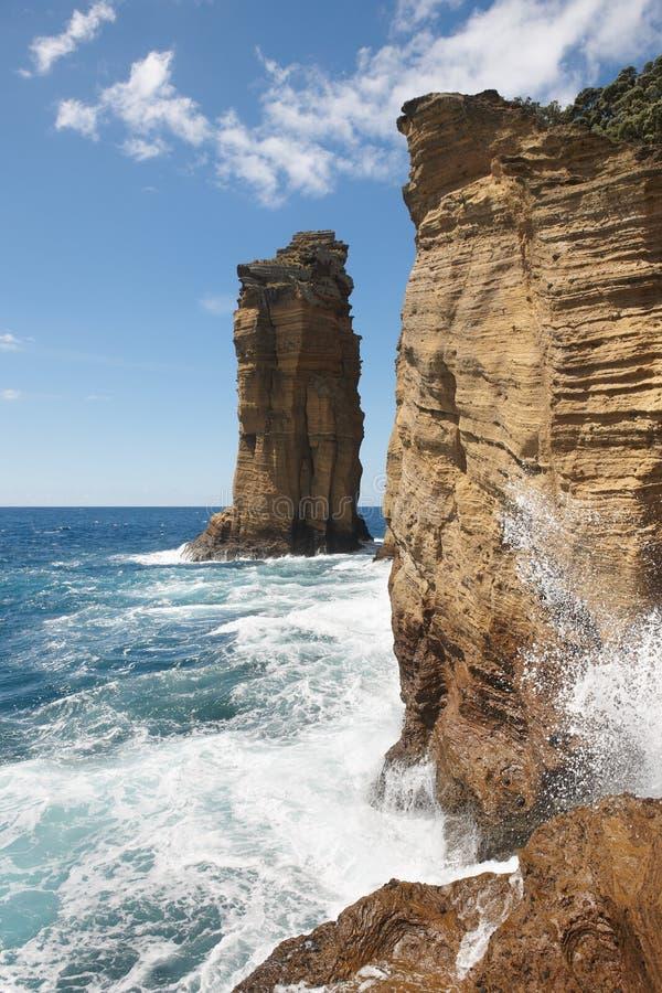 Δύσκολο τοπίο απότομων βράχων ακτών των Αζορών σε Ilheu DA Vila Portug στοκ εικόνα