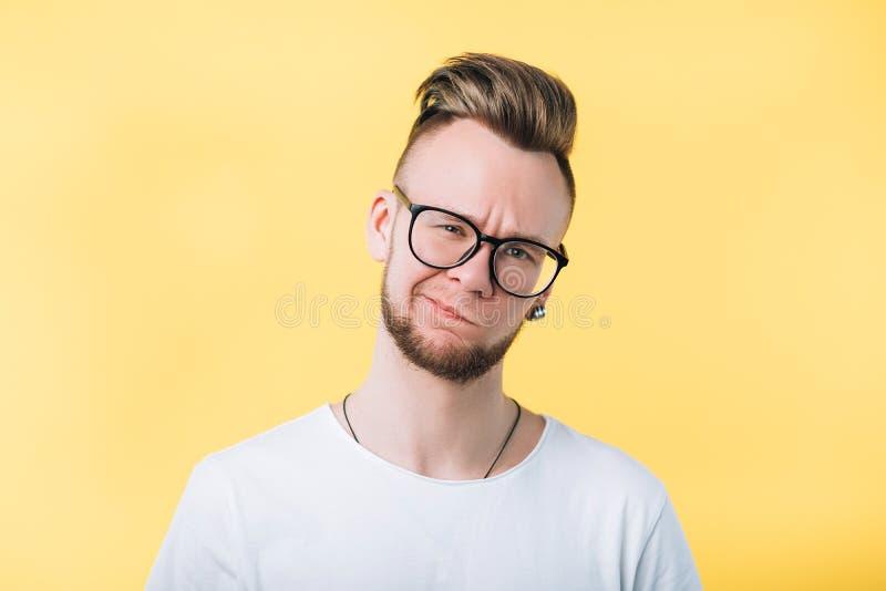 Δύσπιστο αμφισβητήσιμο συναισθηματικό πορτρέτο τύπων hipster στοκ φωτογραφίες με δικαίωμα ελεύθερης χρήσης