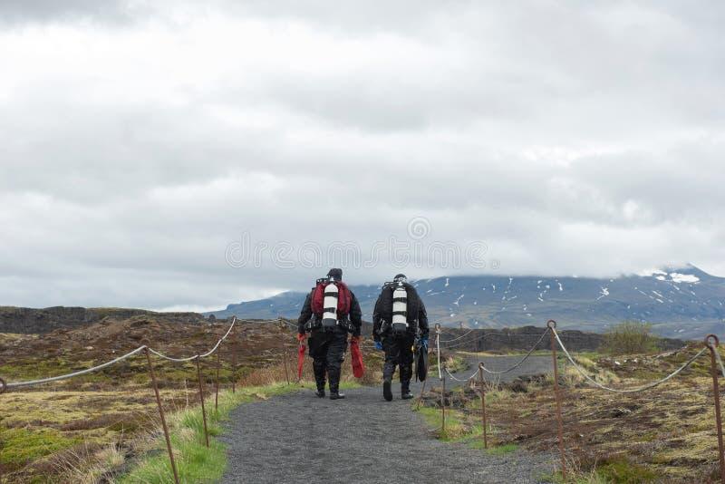 Δύτες που περπατούν στον πλήρη εξοπλισμό κατάδυσης σε Silfra, Ισλανδία στοκ εικόνες με δικαίωμα ελεύθερης χρήσης